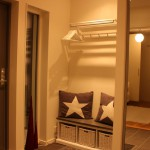 Den nya sittbänken i hallen och klädhängaren för gästerna.